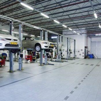 תמונה של כלי רכב תקולים במוסך מיצובישי