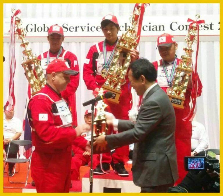 תמונה של 4 אנשים מקבלים גביע