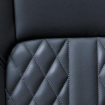 תמונה של מושב עור לרכב באולם תצוגה מיצובישי