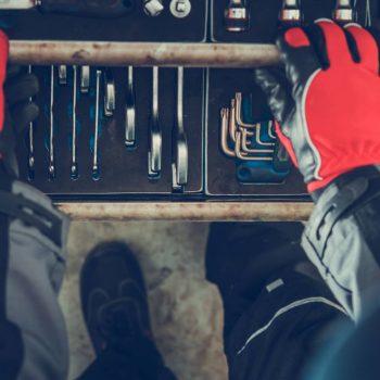 תמונה של עובד מתקן את הרכב במוסך מיצובישי
