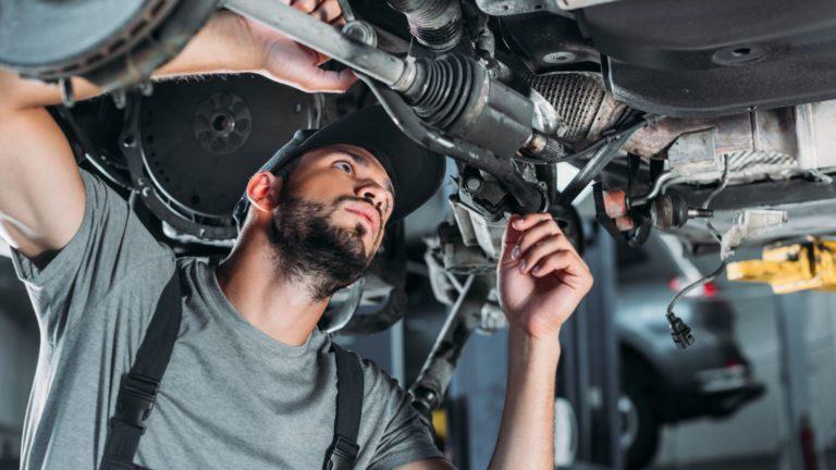 תמונה של עובד מתקן מנוע במוסך מיצובישי