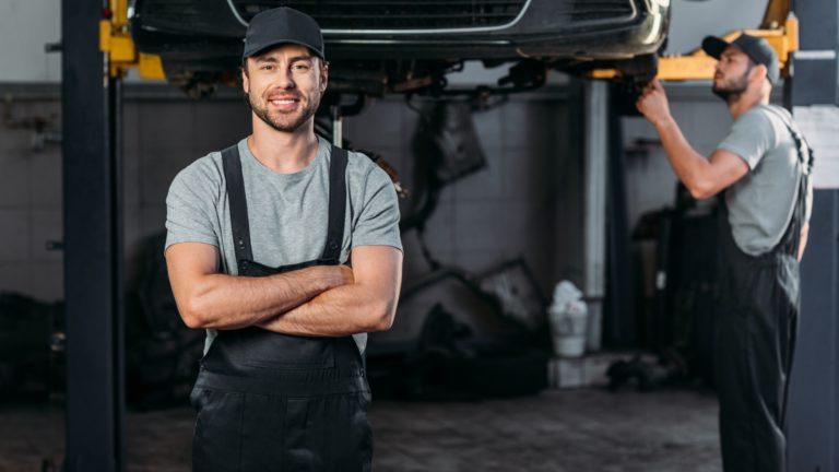 תמונה של עובדים מתקנים רכב במוסך מיצובישי