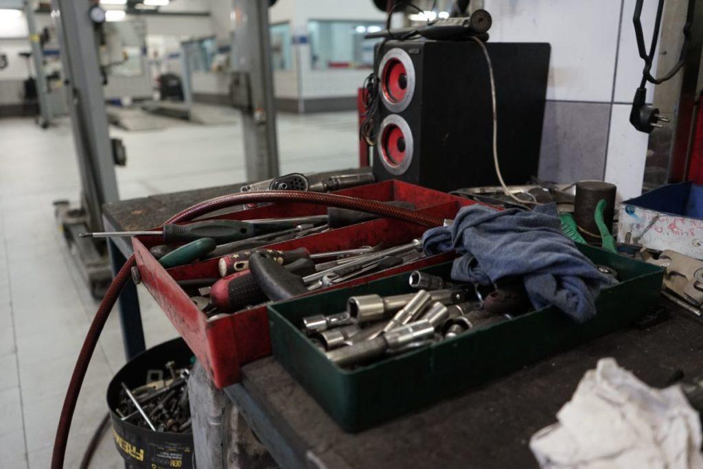 תמונה של כלי עבודה במוסך מיצובישי